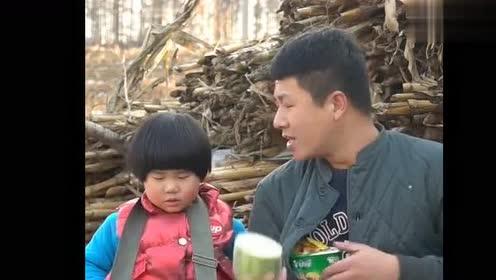爸爸偷吃方便面,被女儿发现,气的女儿要回家把鸡烤了!