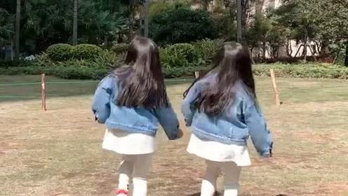 双胞胎小情人小区里练习跳舞,看的我心都化了,好想亲一口!