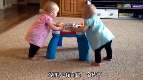 双胞胎在客厅自己玩耍,太呆萌逗乐了,弟弟被哥哥吓哭
