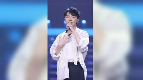 吴青峰演唱会结束还要唱工作人员上台直接把他抱走了