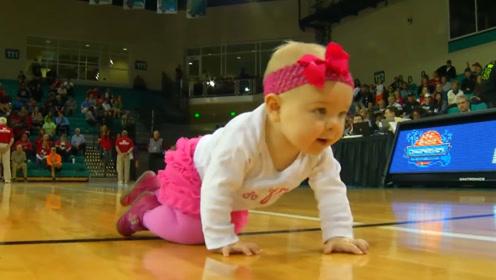 国外宝宝爬行比赛,萌态百出,黑宝宝的举动,让宝妈们都懵了!