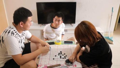 夫妻下棋遇逗比小伙在一旁叨叨不停,最后被五花大绑,总算老实了