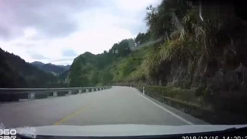 山路上超车,这简直就是找死,你是真的想飞