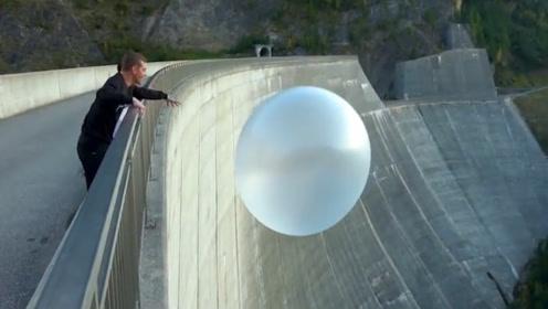 国外俩小哥合力把超大蹦蹦球从165米大坝丢下,你猜会怎么样