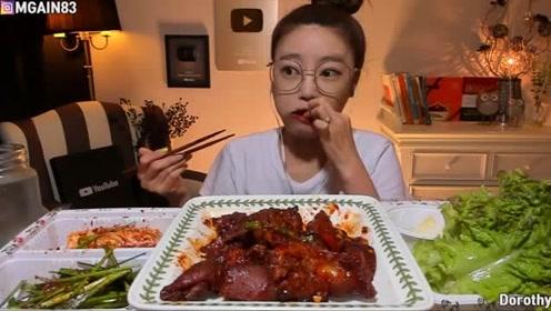 韩国小姐姐吃猪肘肉和泡菜,用生菜叶包着吃,大口吃的真过瘾