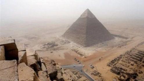 爬金字塔会有去无回?小伙不信邪,塔顶又是另一番风景!