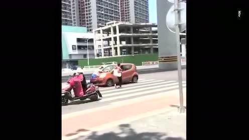 大爷碰瓷找错人了!目测开车的是女司机!