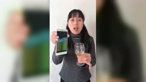 大妈竟然能从手机里把啤酒倒出来,这是怎么做到的?好厉害!