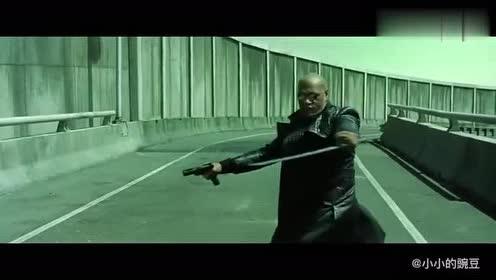 一把剑一把枪弄翻一辆汽车,这段很是经典
