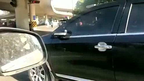 女司机是不是根本就不看后视镜的呀,很好奇!
