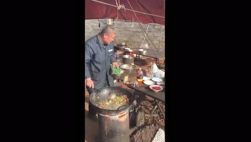 农村大厨厨艺也不差,看看这大锅饭香不香