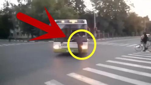 男子作死碰瓷公交车,拦着不让走,公交车司机可不惯着他