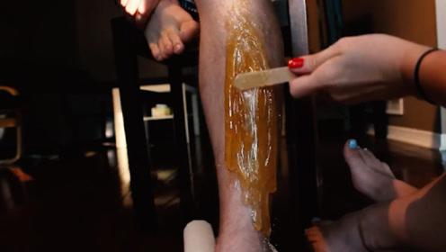 小伙往腿上涂100层脱毛蜡,撕开的一瞬间,隔着屏幕都感觉到痛