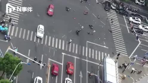 江苏常州奔驰失控致3死10伤,副驾女子痛哭:我们撞人了