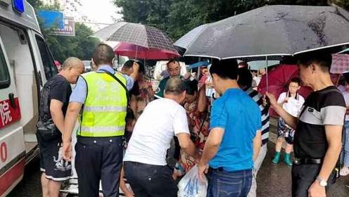 雨中暖流!女子被撞倒地不起,民警和市民为她撑伞挡雨
