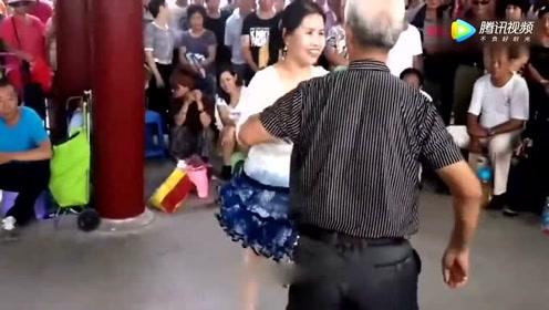 七十多的大爷带着大妈跳双人广场舞,心态很年轻!