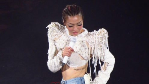 郑秀文演唱会中途哽咽落泪 边哭边唱频频抹泪让人心疼