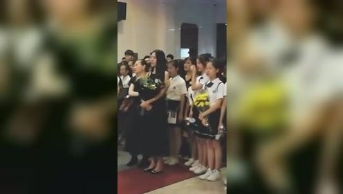 六中学生现场合唱送别高老师 合唱《夜空中最亮的星》