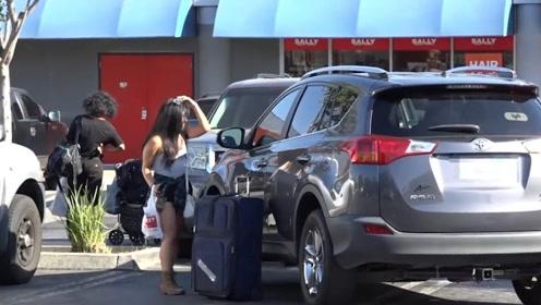老外上街整治乱停车车主,车门把上锁行李箱,女车主蒙了