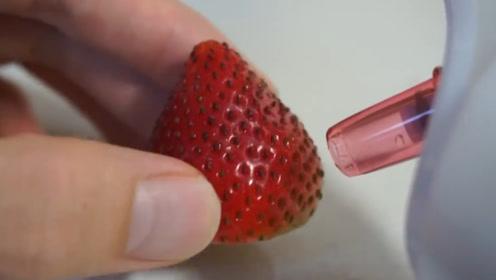 草莓籽被吸光后是啥样?小伙用黑头吸出器测试,结果太意外了