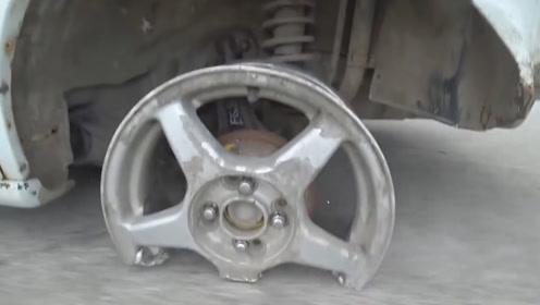 开车时不松手刹的下场,老外行驶7公里,轮胎变成了这样
