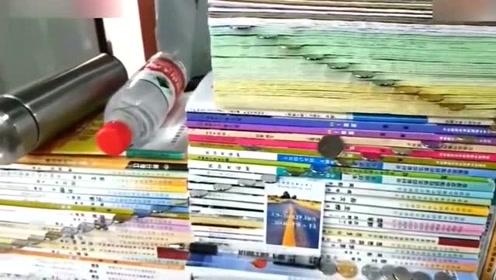 无聊的男同桌,在书本的中间插满硬币,不过很厉害