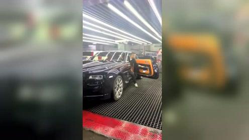 买劳斯莱斯试车,他们说车门不用用手关,那该怎么关?