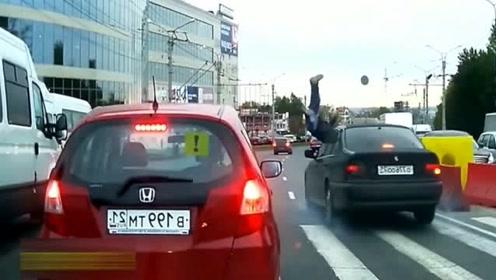 女司机真的尽力了,车轮都刹冒烟了,没能避免这场车祸!