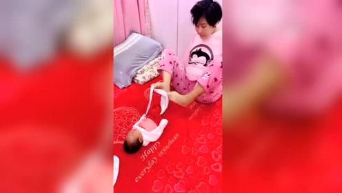 无臂妈妈给宝宝换尿布,宝宝很懂事,一直没有哭闹!
