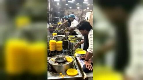 这里是印度的食品加工厂,纯手工制作油炸面,颜色不错吧!