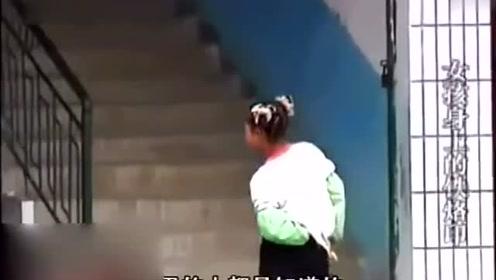 13岁女孩被养母虐待,背部全是用铁钳烫伤的痕迹,触目惊心