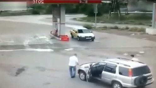 两名男子下车,掀开引擎盖,监控拍下想不到的画面