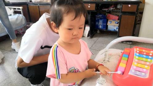 宝宝小姨的男朋友来家里,给宝宝买玩具,宝宝害羞不认人了!