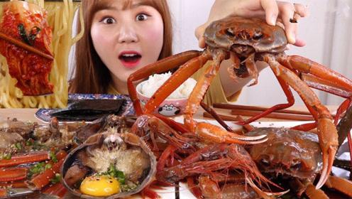 小姐姐真能吃,挑战生吃红蟹和红虾,真是开眼界了