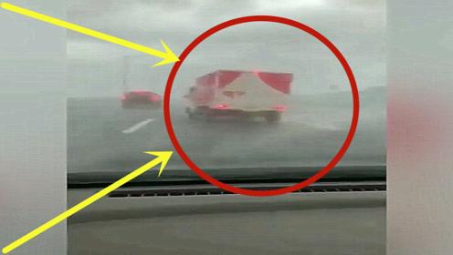 台风来袭!高速行驶的大货车瞬间被掀翻,看的头皮发麻!