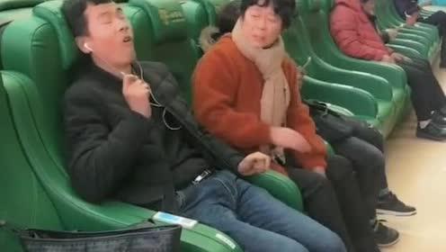 小伙在皮椅上休息,不料小伙竟然发生这样事,大妈都吓坏了!