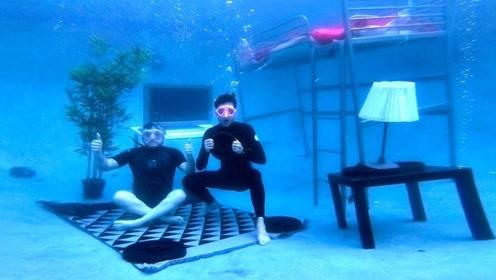 老外为了度过炎热夏天,直接把床搬进泳池,还在水下看起了电视