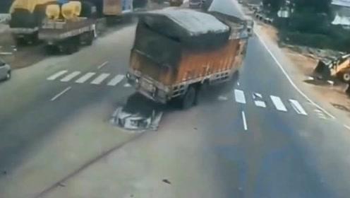 大货车在路口突然失控撞向花坛,回放监控才得知真相不简单