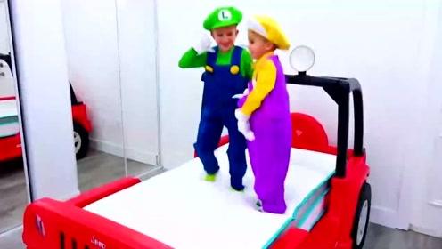 兄弟俩有个大玩具车,玩的开心极了