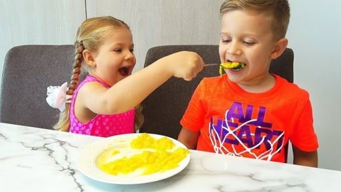 爸妈不在家,萌娃化身小保姆照顾哥哥吃饭,还把家收拾干净!