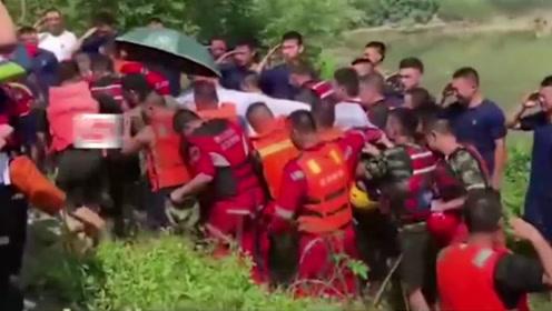 为营救落水群众消防中队长吕挺英勇牺牲 现场哭声一片