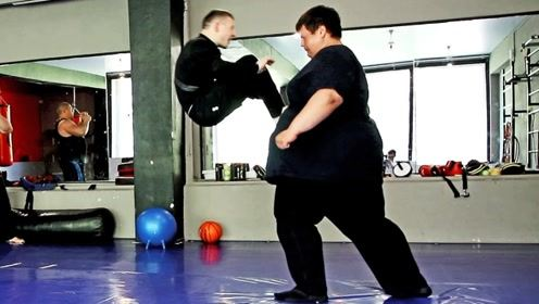 """500斤的胖子和瘦子打架是什么场面?""""断层式""""碾压,太心酸!"""