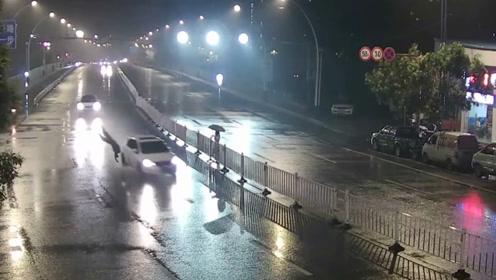 惊魂!江西俩行人横穿马路隔护栏递东西,结果被车撞飞