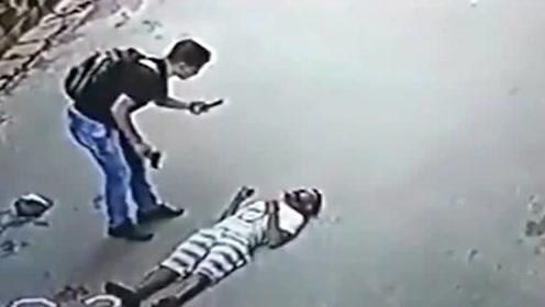 霸气!男子打晕劫匪后淡定拍照发朋友圈,监控拍下搞笑全过程