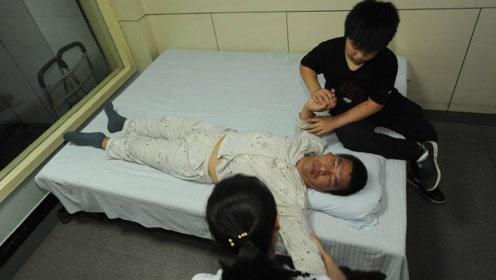 13岁男孩过度玩手机,瘫痪在床智力衰退,送医时已认不清家人!