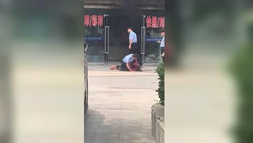 安徽定远一男子当街伤人纵火 警方:因纠纷捅伤前妻