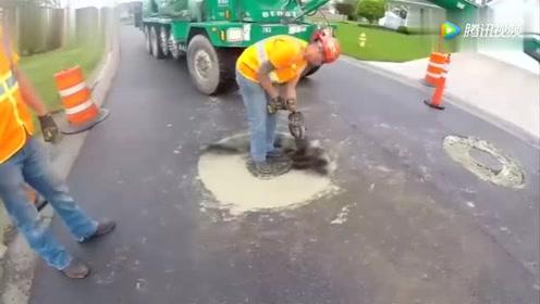 小铲车换个设备,就修复水井盖!