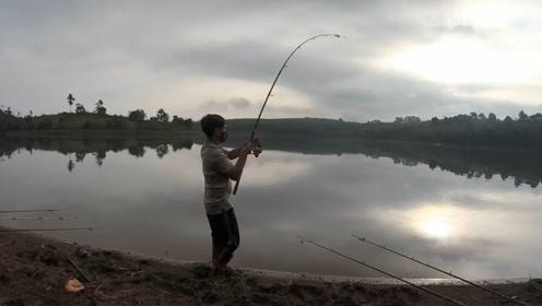 水库边钓竿一拉动大哥抓起钓竿就拉,结果收获一条五斤的大鲤鱼