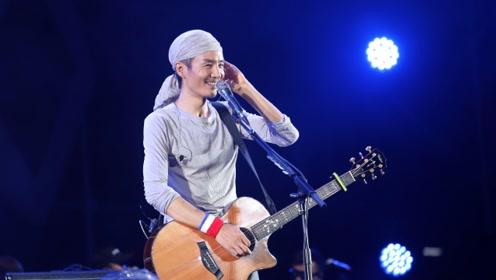朴树戴头巾穿超短裤文艺范 抱吉他献唱引万人和声