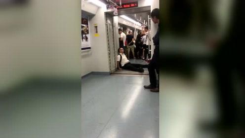 底层人的生活如此艰难,坐在地铁上睡着了